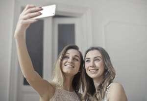 dos chicas selfie